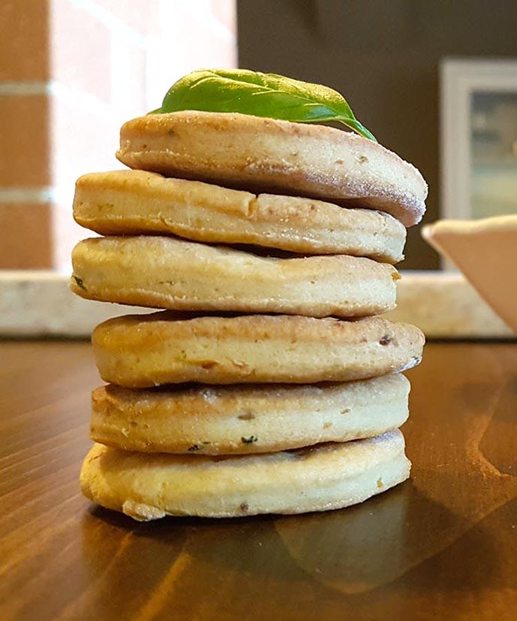 Focaccine di patate alle erbette aromatiche per la merenda salata degli studenti di scuola secondaria di primo grado | Homework & Muffin