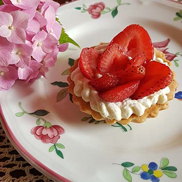 Crostatine con fragole e crema di mandorle per la merenda dolce degli studenti di Scuola Secondaria di I grado | Homework & Muffin
