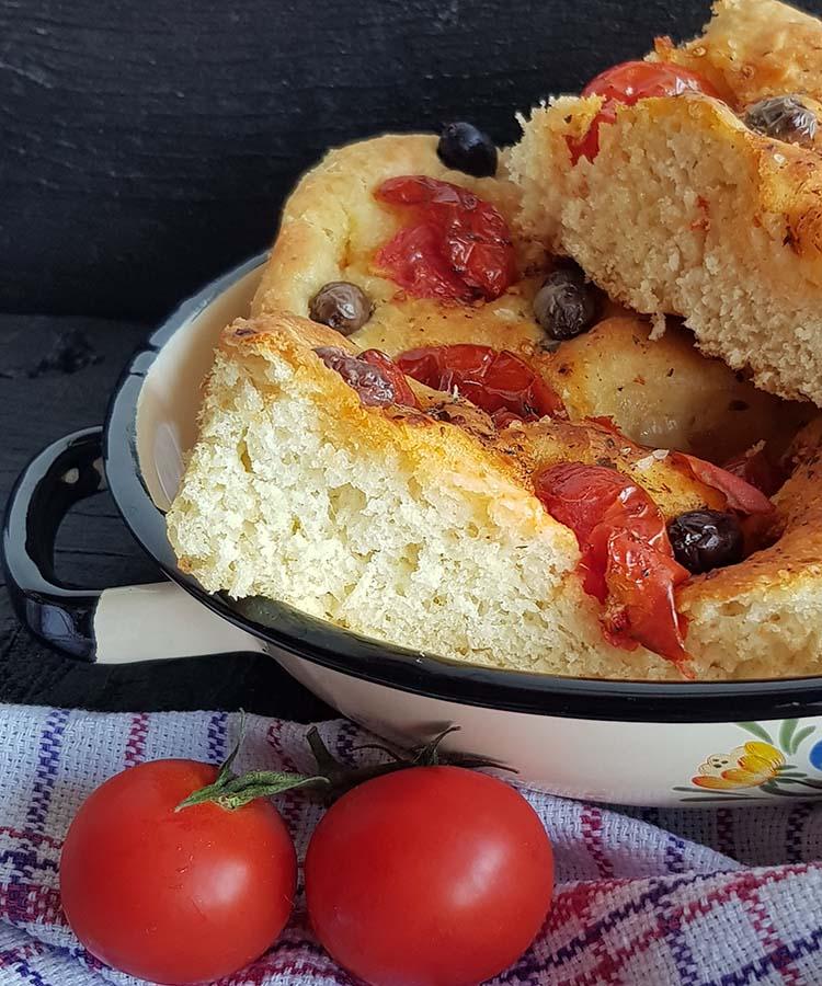 Focaccia pugliese per la merenda salata degli studenti della Scuola Secondaria di I grado a cura di Gabriella Rizzo | Homework & Muffin