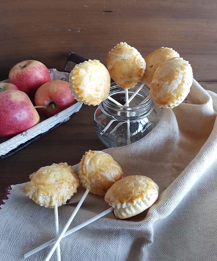 Lollipops di sfoglia con mele, cioccolato e amaretti, ricetta per la merenda dolce degli studenti della Scuola Secondaria di I grado. | Homework & Muffin