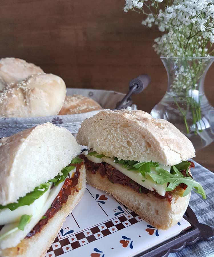 Panini con pomodori secchi e toma piemontese, merenda salata per gli studenti della Scuola sec. di I grado a cura di Gabriella Rizzo | Homework & Muffin