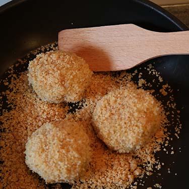 Canederli con ricotta affumicata e nocciole, ricetta per la merenda dolce degli alunni della scuola secondaria di I grado a cura di Gabriella Rizzo. | Homework & Muffin