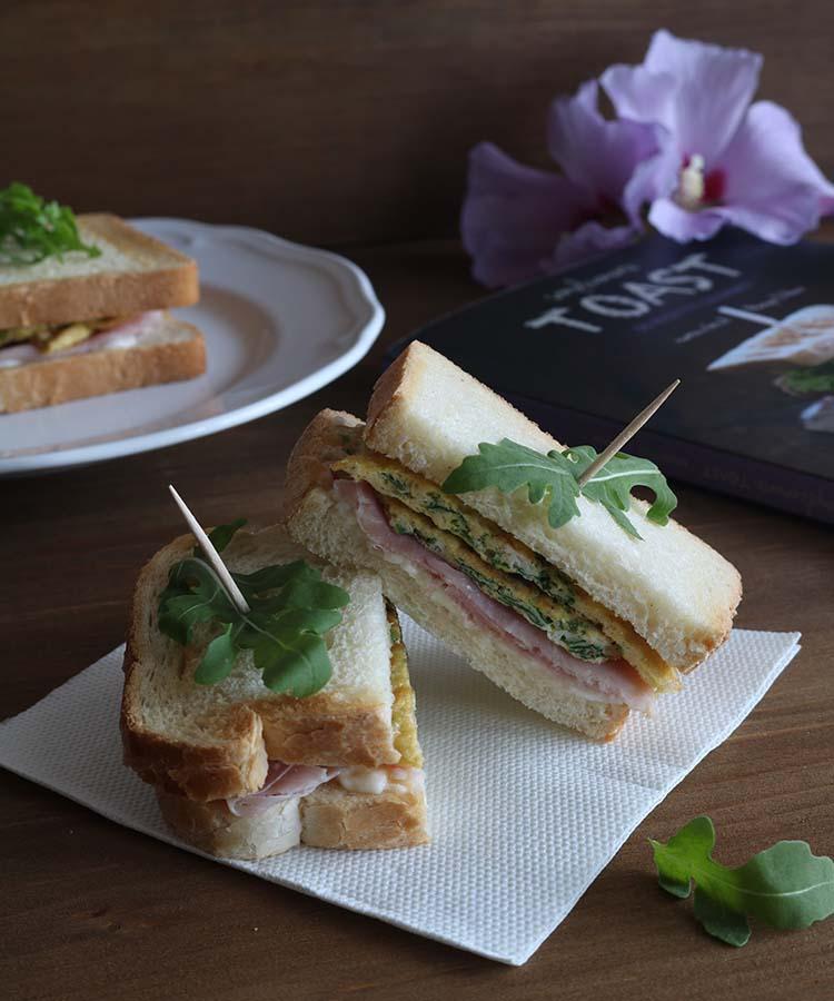 Toast con frittata di rucola, stracchino e cotto, ricetta per la merenda salata tratta da Semplicemente TOAST, di Monique D'Anna. | Homework & Muffin