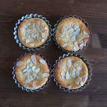 Crostatine con crema frangipane e pesche, merenda dolce per gli alunni della Scuola Secondaria di I grado a cura di Gabriella Rizzo. | Homework & Muffin