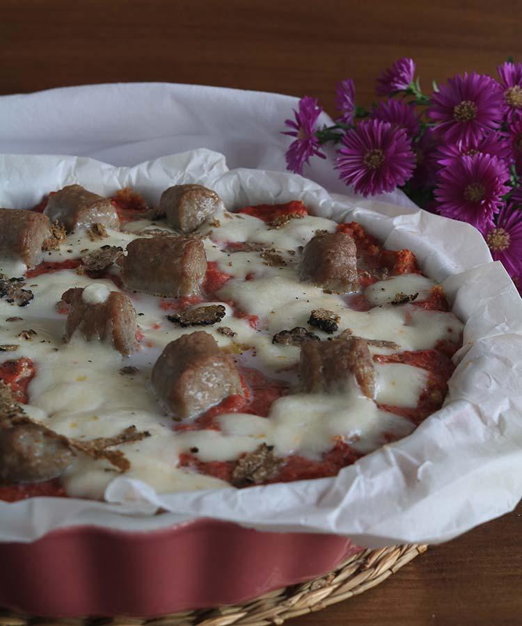 Ricetta della Pizza di pane nero di segale con salsiccia di Bra e tartufo, partecipante al contest Lo Pan Ner a cura di Gabriella Rizzo - Homework & Muffin