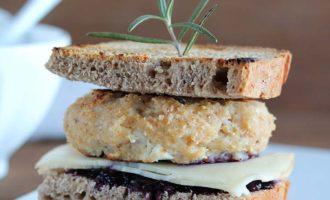 Burger di pollo con salsa ai mirtilli, per la merenda salata per gli studenti della Scuola Sec. di I grado a cura di Gabriella Rizzo | Homework & Muffin
