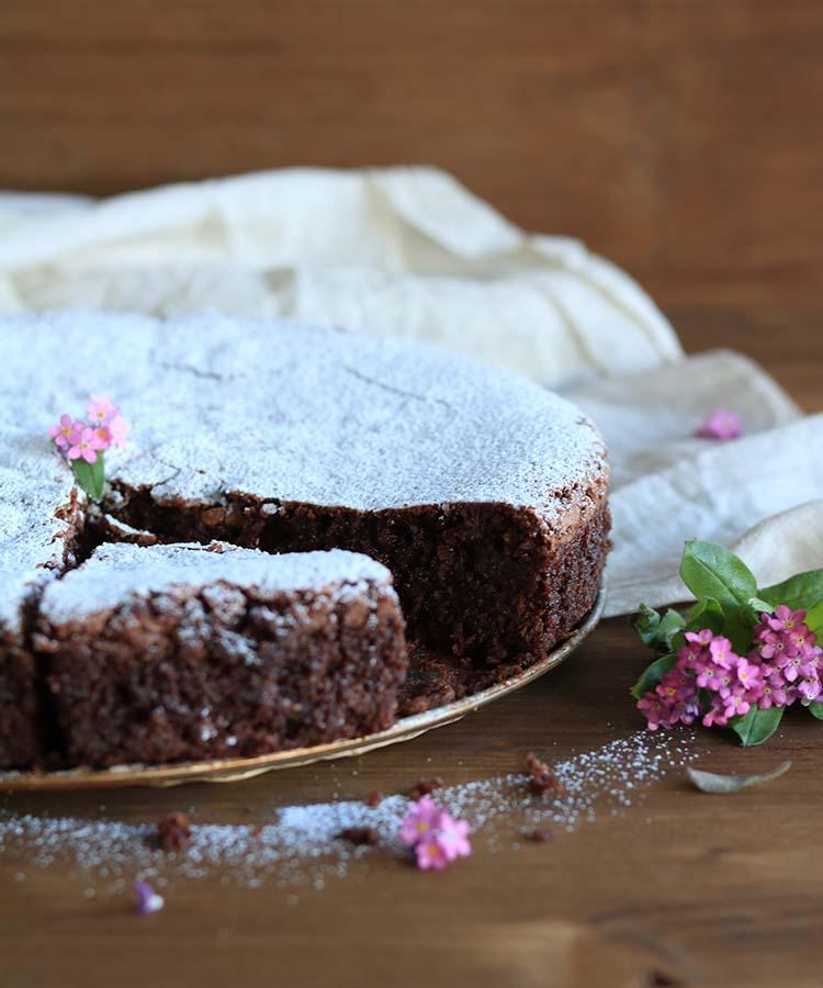 Pasticceria campana: Torta caprese, ricetta per la merenda dolce per gli studenti della Scuola Sec. di I grado a cura di Gabriella Rizzo | Homework & Muffin