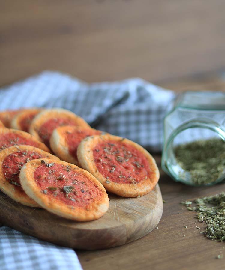 Pizzette al pomodoro preparate con mix di farine. Ricetta per la merenda salata per bambini e ragazzi a cura di Gabriella Rizzo | Homework & Muffin