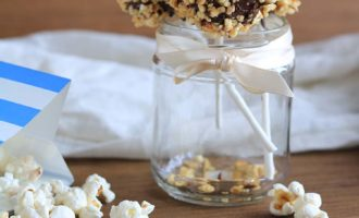 Cake pops corn, simpatici dolci con pop corn caramellato; ricetta per la merenda dolce per bambini e ragazzi a cura di Gabriella Rizzo | Homework & Muffin