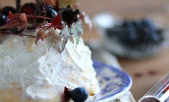 Angel cake ai frutti di bosco, ricetta dolce per la merenda o per un menù di festa a cura di Gabriella Rizzo | Homework & Muffin