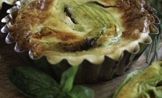 Mini quiche con fiori di zucca farciti, ricetta salata con fiori di zucca a cura di Gabriella Rizzo | Homework & Muffin