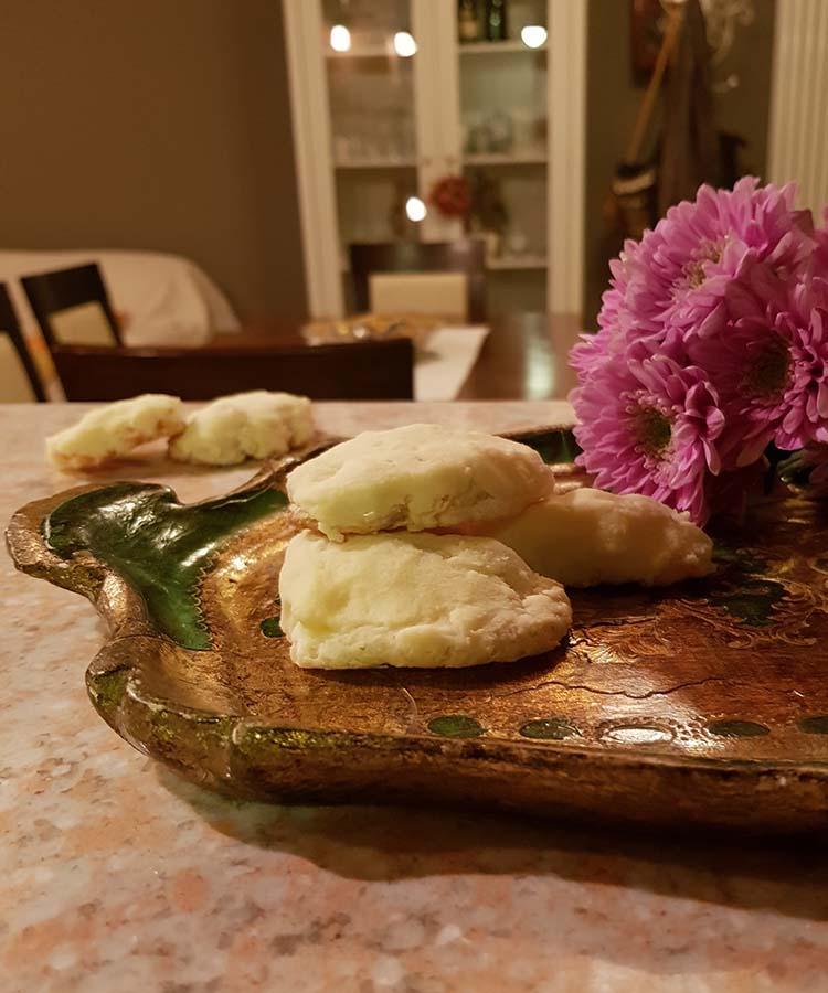 Ossa dei morti: ricetta per il ricordo dei nostri cari. Biscotti con mandorle e nocciole ricoperti di glassa al cioccolato bianco | Homework & Muffin