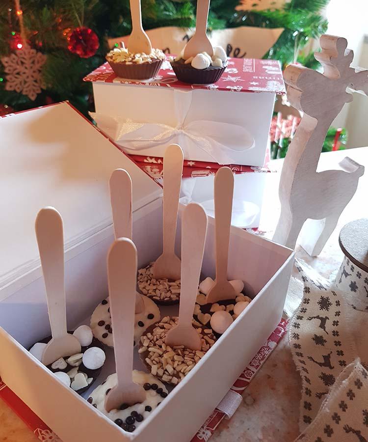 Una graziosa idea regalo: Cioccolatini inzupposi. Cioccolatini con tre diversi tipi di cioccolato da sciogliere nel latte. | Homework & Muffin