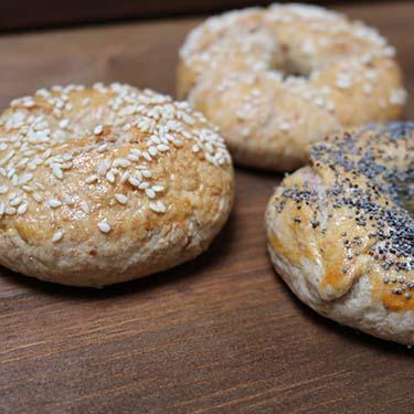 Bagels farciti per la merenda salata degli alunni della scuola secondaria di I grado a cura di Gabriella Rizzo. | Homework & Muffin